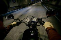 POV мотоцикла езды велосипедиста в тоннеле Стоковое Изображение RF