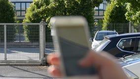 POV мужских рук печатая на сотовом телефоне видеоматериал