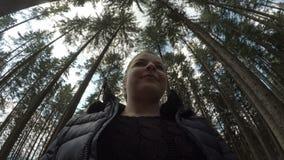 POV предназначенной для подростков девушки идя на поход в природе через древесины - акции видеоматериалы