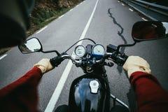 POV снял человека управляя мотоциклом на дороге Стоковые Изображения