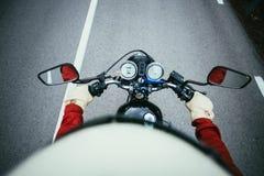 POV снял человека управляя мотоциклом на дороге Стоковое Изображение
