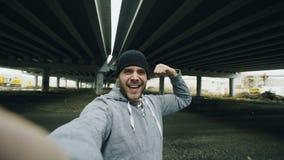 POV счастливого sportive человека принимая портрет selfie с smartphone после тренировки в городском положении outdoors в зиме видеоматериал