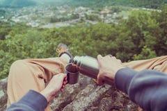 POV чая путешественника лить от thermos Стоковые Фотографии RF