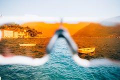 POV через стекла спорта на заливе и яхтах Стоковые Фото