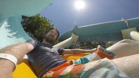 POV :滑下来在aquapark的年轻人 慢的行动 股票视频