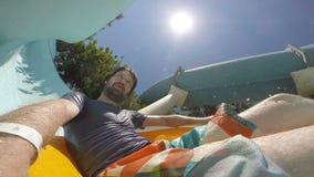 POV :滑下来在aquapark的年轻人 股票录像