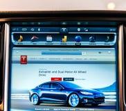 POV al nuovo schermo di visualizzazione del computer del cruscotto del modello S di Tesla Fotografie Stock