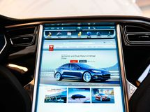 POV al nuovo schermo di visualizzazione del computer del cruscotto del modello S di Tesla Fotografie Stock Libere da Diritti