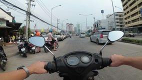 Pov-Ansicht über Reitmotorrad entlang dem asiatischen Straßen-Verkehr Thailand, Pattaya stock video footage