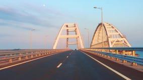 Pov-Ansichtstraße der Krimbrücke, der Kerch-Brücke, mündlich der Kerch-Straßen-Brücke mit Straße und der Schiene lässt passieren stock video footage
