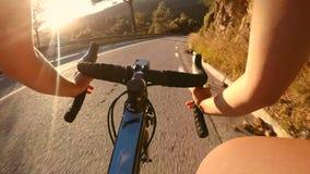 POV av cyklistridningcykeln i solnedgång stock video