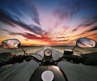 POV av den hållande styrningstången för motorbiker Royaltyfria Bilder