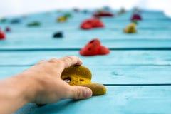 POV av handen på klättringväggen med fattanden Fotografering för Bildbyråer