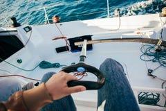 POV av kaptenstyrninghjulet av segelbåten Royaltyfria Bilder