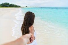 POV av par som går - för flickväninnehav för pojkvän följande hand på stranden Royaltyfri Fotografi
