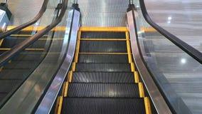 POV d'une personne sur un escalator abaissant des escaliers - escalator moderne vide avec les lignes jaunes clips vidéos