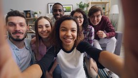 POV da juventude feliz que faz a chamada video em linha em casa que acena a fala da m video estoque