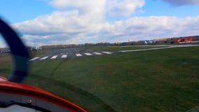 POV dalla cabina di pilotaggio, atterraggio di aerei di luminoso sport sulla pista, accademia pilota di volo stock footage