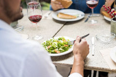 POV de mangeur d'hommes une salade Image stock