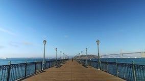 POV de passeio no cais 7 em San Francisco Bay em Sunny Day vídeos de arquivo