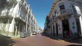 POV de una calle y de edificios en Casco Viejo en ciudad de Panamá Panamá almacen de metraje de vídeo