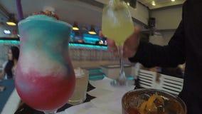 POV del cameriere che consegna le bevande sul vassoio al ristorante operato video d archivio