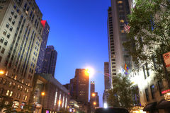 POV del centro de ciudad de Chicago en la puesta del sol Calle principal de Chicag Imagenes de archivo