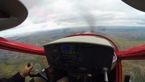 POV del copiloto del avión del entrenamiento que vuela sobre el pueblo, deporte peligroso, extremo metrajes