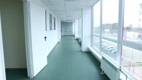 Pov del pasillo del laboratorio que camina Leva constante tirada del pasillo del laboratorio almacen de metraje de vídeo