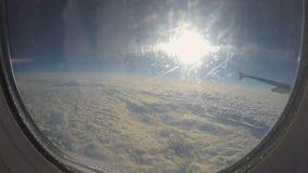 POV del passeggero che osserva attraverso il vetro dell'oblò il cloudscape Corsa in Plane video d archivio