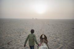 POV, der eine Pferdeführung durch Jungen in Wüste reitet lizenzfreie stockbilder