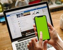 POV der Frau das neue Apple-iPhone X 10 prüfend Lizenzfreie Stockfotos