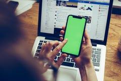 POV der Frau das neue Apple-iPhone X 10 prüfend Lizenzfreies Stockbild