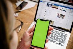 POV der Frau das neue Apple-iPhone X 10 prüfend Stockfotografie