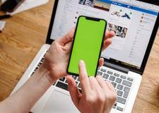 POV der Frau das neue Apple-iPhone X 10 prüfend Lizenzfreie Stockbilder