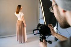POV des Fotografen während der Studiositzung Lizenzfreies Stockfoto