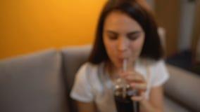 POV die van de mens soda geven aan vrolijk meisje, verslaving aan zoete drank, diabetesrisico stock videobeelden