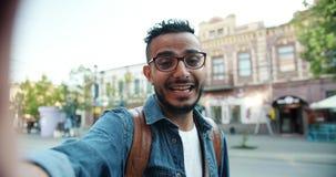 POV die van jonge Arabier het online videogesprek spreken maken in openlucht bekijkend camera stock footage