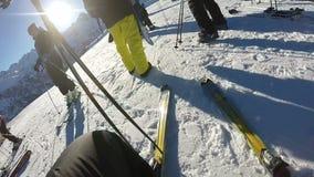 POV die van skiër zijn skis laten vallen stock videobeelden