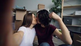 POV do marido e da esposa que tomam o selfie com as chaves lisas novas que beijam e que levantam vídeos de arquivo