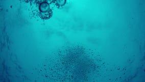 POV do naufrágio profundamente sob a água com as bolhas que fluem para cima video estoque