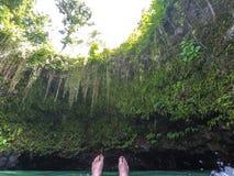 POV dos pés que flutuam dentro ao furo de natação de Sua Trench, Upolu Islan Fotografia de Stock