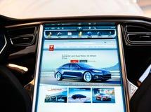 POV en la nueva pantalla de la pantalla de ordenador del tablero de instrumentos del modelo S de Tesla fotos de archivo libres de regalías