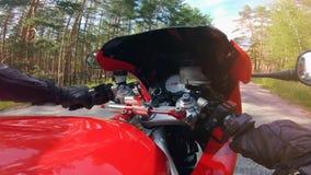 POV Equitação do motociclista abaixo da estrada secundária Motocicleta ao conduzir e seu painel de controle video estoque