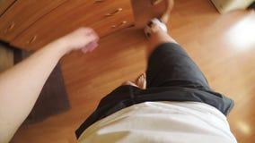 POV: Fadern spelar fotboll hemma stock video
