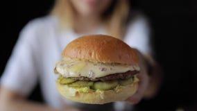 POV, femme me prendre un hamburger clips vidéos