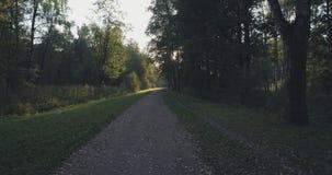 Pov går skottet i löst parkerar i september på solnedgången Arkivfoton