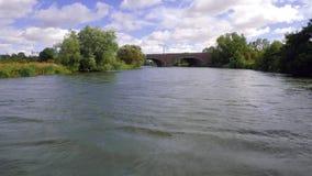 Pov-Gesamtlänge, die von der Vorderseite des Bootes als sie genommen wird, kreuzt hinunter den Fluss stock video footage