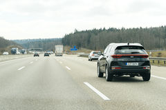 Pov-Gesichtspunkt von Autos auf Autobahnlandstraße Kia Sportage Stockbild