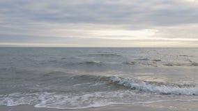 POV-golven die binnen aan het strand rollen stock videobeelden